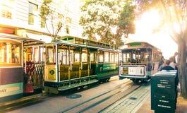 在鲍威尔&市场驻地转盘的著名缆车在旧金山,加利福尼亚 鲍威尔海德线火车 免版税库存图片