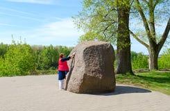 在鲍里索夫` s石头,波洛茨克,白俄罗斯附近的妇女 免版税库存图片