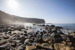 在鲍鱼小海湾海岸线公园的神圣的小海湾在洛杉矶卡利附近 免版税库存照片