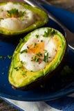 在鲕梨烘烤的自创有机鸡蛋 库存照片