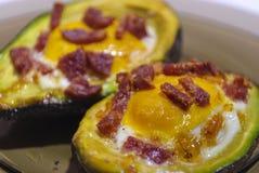 在鲕梨的被烘烤的鸡蛋 免版税库存图片