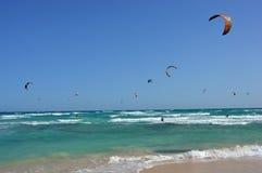 在鲜绿色海洋vawes的五颜六色的冲浪的风筝 免版税图库摄影