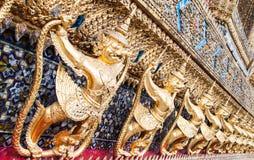 在鲜绿色菩萨寺庙的Garuda 库存照片