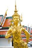 在鲜绿色菩萨寺庙的Kinnon金黄雕象 免版税图库摄影