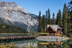 在鲜绿色湖的旅舍 库存图片