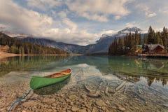在鲜绿色湖的独木舟冒险 免版税库存图片