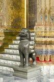 在鲜绿色菩萨寺庙的狮子雕象在曼谷,泰国 免版税库存照片