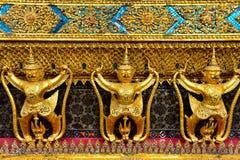 在鲜绿色菩萨寺庙的金黄鹰报雕象  免版税图库摄影