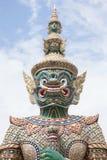 在鲜绿色菩萨的寺庙的绿色巨人 免版税库存照片