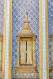 在鲜绿色菩萨的寺庙窗口 免版税库存照片