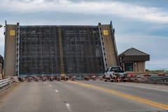 在鲨鱼河的被上升的吊桥 免版税库存图片