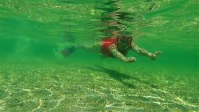 在鲨鱼海湾的女性snorkeler 影视素材