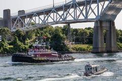 在鳕鱼角运河的猛拉小船 库存照片