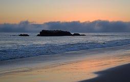 在鸟岩石的在海斯勒下的日落和海岸线在拉古纳海滩,加利福尼亚停放 免版税库存照片