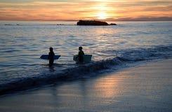 在鸟岩石的日落在拉古纳海滩的,加利福尼亚海斯勒公园下 库存图片