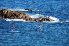 在鸟岩石附近用浆划房客在海斯勒公园,拉古纳海滩,加利福尼亚下 免版税库存照片