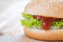 在鸡乳酪汉堡包的番茄酱 库存照片