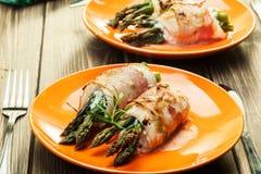 在鸡和烟肉包裹的被烘烤的芦笋 免版税库存照片