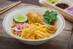 在鸡咖喱(Khao Soi),泰国食物的面条 免版税图库摄影