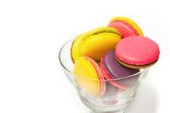 在鸡尾酒杯的五颜六色的蛋白杏仁饼干 免版税库存照片