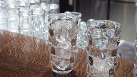 在鸡尾酒杯的冰在酒吧 鸡尾酒的准备 股票录像