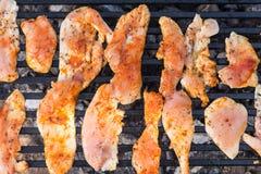 在鸡胸脯上的平的位置在烤肉格栅油煎了 库存图片