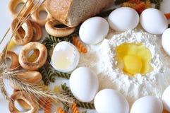 在鸡蛋上添面包 图库摄影