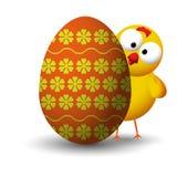 在鸡蛋后的鸡 图库摄影
