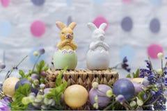 在鸡蛋的两只复活节兔子 愉快的复活节 准备好卡片 图库摄影