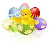 在鸡蛋的复活节小鸡 库存照片