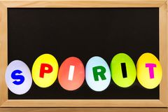 在鸡蛋的精神五颜六色在有拷贝空间的黑板 免版税图库摄影