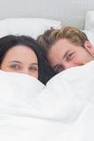 在鸭绒垫子下的美好的夫妇 图库摄影