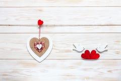 在鸽子绳索和小雕象的木心脏与心脏的 情人节、婚礼,订婚和其他浪漫的概念 库存照片