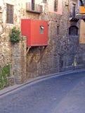 在鹅卵石街道上的红色阳台在瓜纳华托州 库存图片