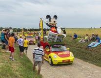 在鹅卵石路环法自行车赛的米老鼠有蓬卡车2015年 库存照片