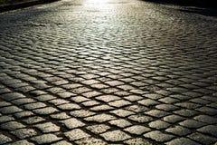 在鹅卵石路的阳光 老石纹理 库存照片
