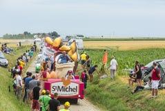在鹅卵石Road- Tour de Fra的St米谢尔Madeleines有蓬卡车 库存照片