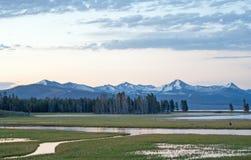 在鹈鹕小河和Yellowstone湖的日出黎明在黄石国家公园在怀俄明 免版税库存照片