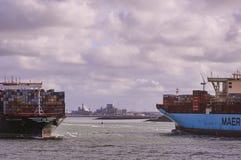 在鹿特丹海峡的两艘大集装箱船 库存照片