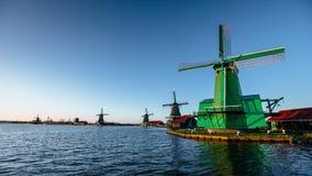 在鹿特丹渠道河沿的绿色风车  生态工程学 不伤环境的解答 秀丽  影视素材