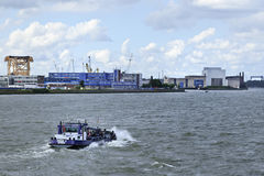 在鹿特丹港的拖轮。 库存照片