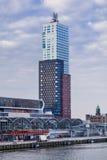 在鹿特丹附近港的蒙得维的亚塔  152 32米最高的住宅塔在荷兰 免版税库存照片