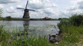 在鹿特丹,小孩堤防附近的磨房村庄 免版税库存图片