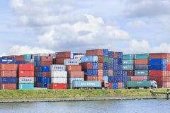 在鹿特丹,荷兰港的被堆的容器  免版税库存照片