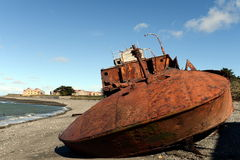 在麦哲伦海峡的岸的生锈的船在圣格雷戈里奥村庄  免版税库存照片
