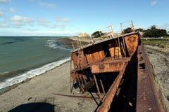在麦哲伦海峡的岸的生锈的船在圣格雷戈里奥村庄  免版税库存图片