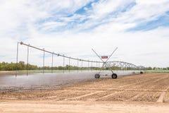 在麦地的中心枢轴灌溉系统 免版税库存图片