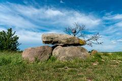 在麦地的史前巨石坟茔 库存图片