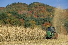 在麦地的拖拉机 库存图片