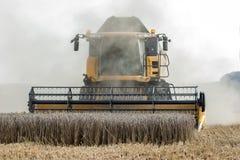 在麦地的收割机 库存照片
